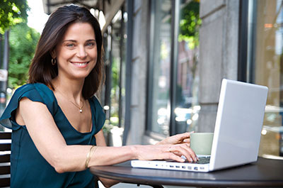 Young woman at lap最佳 computer sitting outside working